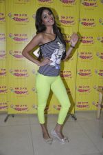 Nicole Faria at the Promotion of Yaariyan at 98.3 FM Radio Mirchi in Mumbai on 5th Dec 2013 (26)_52a1b68a11e5e.JPG