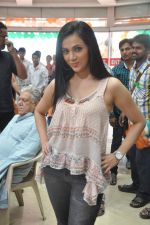 Shilpa Anand on location of the film The Mall in Bhayander, Mumbai on 9th Dec 2013 (11)_52a6aed36ce8d.JPG