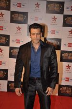 Salman Khan at Big Star Awards red carpet in Andheri, Mumbai on 18th Dec 2013 (5)_52b2d41a773eb.JPG