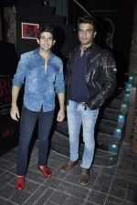 Hiten Tejwani , Sharad Kelkar at the Mall completion bash in Bandra, Mumbai on 23rd Dec 2013 (26)_52b935fb7ad65.JPG