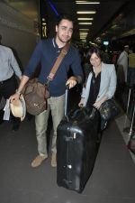 Imran Khan and Avantika Malik leave for new years vacation in Mumbai Airport on 25th Dec 2013 (1)_52bbd04267337.JPG