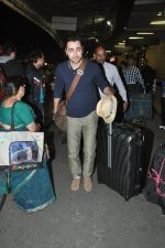 Imran Khan leave for new years vacation in Mumbai Airport on 25th Dec 2013 (5)_52bbd0433167f.JPG