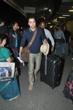 Imran Khan leave for new years vacation in Mumbai Airport on 25th Dec 2013 (8)_52bbd043e99ac.JPG