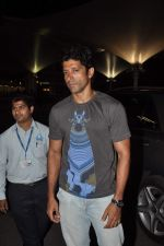Farhan Akhtar returns from holidays in Mumbai on 29th Dec 2013  (8)_52c15153af9f2.JPG
