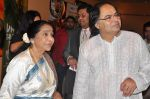 Farooq Shaikh_s last media appearance with Rekha and Asha Bhosle in Dubai on 28th Dec 2013 (3)_52c26e108fcc2.jpg