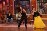 Daisy Shah on the sets of Comedy Nights with Kapil in Filmcity, Mumbai on 9th Jan 2014 (23)_52cfec3b7be68.JPG