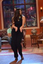 Daisy Shah on the sets of Comedy Nights with Kapil in Filmcity, Mumbai on 9th Jan 2014 (26)_52cfec3cd0480.JPG