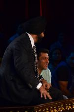 Salman Khan on the sets of Comedy Nights with Kapil in Filmcity, Mumbai on 9th Jan 2014 (157)_52cfeeda351a2.JPG