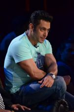 Salman Khan on the sets of Comedy Nights with Kapil in Filmcity, Mumbai on 9th Jan 2014 (167)_52cfeedd13b23.JPG