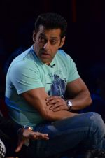 Salman Khan on the sets of Comedy Nights with Kapil in Filmcity, Mumbai on 9th Jan 2014 (168)_52cfeedd859f4.JPG