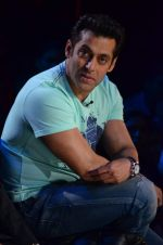 Salman Khan on the sets of Comedy Nights with Kapil in Filmcity, Mumbai on 9th Jan 2014 (171)_52cfeedf01953.JPG