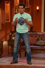Salman Khan on the sets of Comedy Nights with Kapil in Filmcity, Mumbai on 9th Jan 2014 (67)_52cfeebb83fb9.JPG