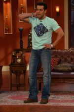 Salman Khan on the sets of Comedy Nights with Kapil in Filmcity, Mumbai on 9th Jan 2014 (68)_52cfeebc07e87.JPG