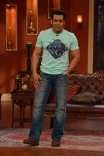Salman Khan on the sets of Comedy Nights with Kapil in Filmcity, Mumbai on 9th Jan 2014 (71)_52cfeebd71ecc.JPG