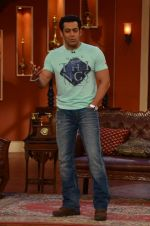 Salman Khan on the sets of Comedy Nights with Kapil in Filmcity, Mumbai on 9th Jan 2014 (72)_52cfeebde640f.JPG