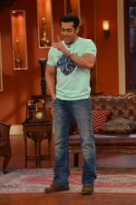 Salman Khan on the sets of Comedy Nights with Kapil in Filmcity, Mumbai on 9th Jan 2014 (73)_52cfeebe68d7a.JPG