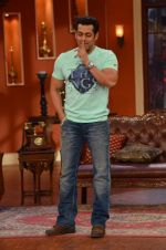 Salman Khan on the sets of Comedy Nights with Kapil in Filmcity, Mumbai on 9th Jan 2014 (74)_52cfeebedc08e.JPG