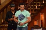 Salman Khan on the sets of Comedy Nights with Kapil in Filmcity, Mumbai on 9th Jan 2014 (84)_52cfeec31fba0.JPG