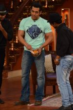 Salman Khan on the sets of Comedy Nights with Kapil in Filmcity, Mumbai on 9th Jan 2014 (85)_52cfeec388a5b.JPG