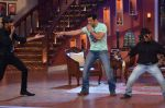 Salman Khan on the sets of Comedy Nights with Kapil in Filmcity, Mumbai on 9th Jan 2014 (88)_52cfeec4dd39c.JPG
