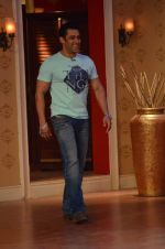 Salman Khan on the sets of Comedy Nights with Kapil in Filmcity, Mumbai on 9th Jan 2014 (99)_52cfeecb6f704.JPG