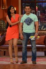 Salman Khan, Shweta Tiwari on the sets of Comedy Nights with Kapil in Filmcity, Mumbai on 9th Jan 2014 (112)_52cfeee930943.JPG