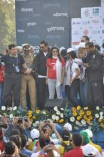 Juhi Chawla, John Abraham at Standard Chartered Marathon in Mumbai on 19th Jan 2014 (235)_52dbd1a1bc7a7.JPG