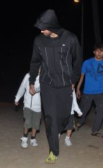 Hrithik snapped with kids at Juhu Beach in Mumbai on 23rd Jan 2014 (1)_52e2093552795.JPG