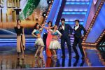 Priyanka Chopra, Malaika Arora Khan promote Gunday on location of India_s got talent in Filmcity, Mumbai on 25th Jan 2014  (12)_52e4e0e5d954f.JPG