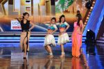 Priyanka Chopra, Malaika Arora Khan promote Gunday on location of India_s got talent in Filmcity, Mumbai on 25th Jan 2014  (14)_52e4e0e6367fe.JPG