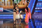 Priyanka Chopra, Malaika Arora Khan promote Gunday on location of India_s got talent in Filmcity, Mumbai on 25th Jan 2014  (17)_52e4e0e6d408c.JPG