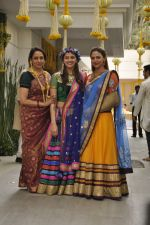 Ahana Deol, Hema Malini, Esha Deol at Ahana Deol_s Mehndi Ceremony in Mumbai on 31st Jan 2014 (39)_52ec9b1b3634c.JPG