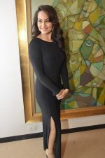 Sonakshi Sinha at neeraj goswami exhibition  hosted by chhaya Momaya in Jehangir Art Gallery, Mumbai on 5th Feb 2014 (158)_52f3c1d43aefd.JPG