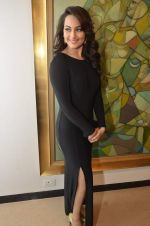 Sonakshi Sinha at neeraj goswami exhibition  hosted by chhaya Momaya in Jehangir Art Gallery, Mumbai on 5th Feb 2014 (159)_52f3c1d4940e2.JPG