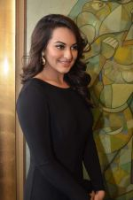 Sonakshi Sinha at neeraj goswami exhibition  hosted by chhaya Momaya in Jehangir Art Gallery, Mumbai on 5th Feb 2014 (160)_52f3c1d4ede69.JPG