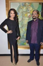 Sonakshi Sinha at neeraj goswami exhibition  hosted by chhaya Momaya in Jehangir Art Gallery, Mumbai on 5th Feb 2014 (162)_52f3c1d5b30f5.JPG