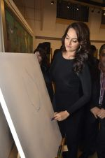 Sonakshi Sinha at neeraj goswami exhibition  hosted by chhaya Momaya in Jehangir Art Gallery, Mumbai on 5th Feb 2014 (179)_52f3c1dbef296.JPG