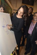 Sonakshi Sinha at neeraj goswami exhibition  hosted by chhaya Momaya in Jehangir Art Gallery, Mumbai on 5th Feb 2014 (183)_52f3c1dd761f7.JPG
