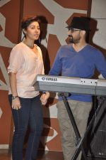 Sunidhi Chauhan with her husband Hitesh Sonik  at the recording of Amol Gupte_s music video in Mumbai on 16th feb 2014 (78)_5301a6657d614.JPG