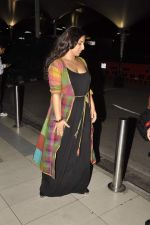 Vidya Balan snapped at Airport in Mumbai on 27th Feb 2014 (21)_53107917dd89b.JPG
