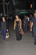 Vidya Balan snapped at Airport in Mumbai on 27th Feb 2014 (22)_531079184248d.JPG
