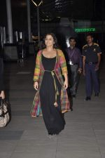 Vidya Balan snapped at Airport in Mumbai on 27th Feb 2014 (23)_531079189ac49.JPG