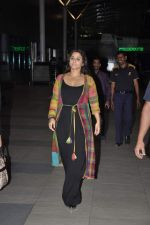 Vidya Balan snapped at Airport in Mumbai on 27th Feb 2014 (24)_53107918f1de9.JPG