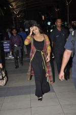 Vidya Balan snapped at Airport in Mumbai on 27th Feb 2014 (30)_5310791b358ea.JPG