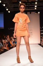 Model walk for Suman Nathwani Show at LFW 2014 Day 2 in Grand Hyatt, Mumbai on 13th March 2014 (73)_53219fedf0671.JPG