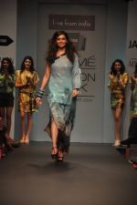 Karishma Tanna walk for Love From India Show at LFW 2014 Day 2 in Grand Hyatt, Mumbai on 13th March 2014 (6)_532268f2b69ad.JPG