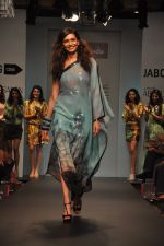 Karishma Tanna walk for Love From India Show at LFW 2014 Day 2 in Grand Hyatt, Mumbai on 13th March 2014 (9)_532268f405aff.JPG