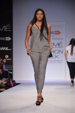 Model walk for Dorothy Perkins Show at LFW 2014 Day 2 in Grand Hyatt, Mumbai on 13th March 2014 (99)_53229cbc4dd42.JPG