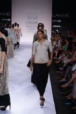 Model walk for Payal Singhal Show at LFW 2014 Day 2 in Grand Hyatt, Mumbai on 13th March 2014 (19)_532267e901e95.JPG