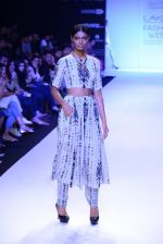 Model walk for Payal Singhal Show at LFW 2014 Day 2 in Grand Hyatt, Mumbai on 13th March 2014 (27)_532267eae0fa9.JPG